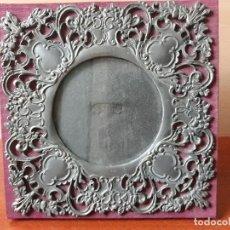 Antigüedades: ANTIGUO PORTAFOTOS MODERNISTA EN ESTAÑO TELA Y CRISTAL- MARCO FOTOS . Lote 186335218