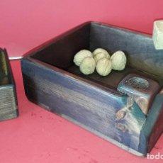 Antigüedades: CAJA MADERA CASCA NUECES / PIÑONES . Lote 186344728