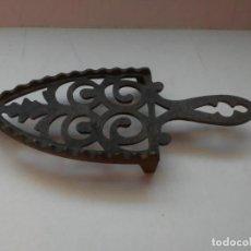 Antigüedades: PEQUEÑO APOYO DE HIERRO PARA PLANCHA ANTIGUA. Lote 186347607
