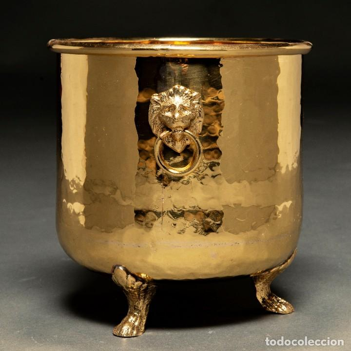 MACETERO EN LATÓN RECIÉN PULIDO CON MASCARONES EN FORMA DE CABEZA DE LEON SOBRE PATAS DE GARRAS (Antigüedades - Hogar y Decoración - Maceteros Antiguos)