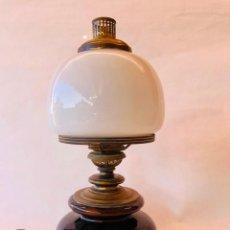 Antigüedades: LAMPARA DE MESA VINTAGE TIPO QUINQUÉ CON BASE DE CERAMICA VIDRIADA MARRON Y TULIPA OPALINA BLANCA. Lote 186349742