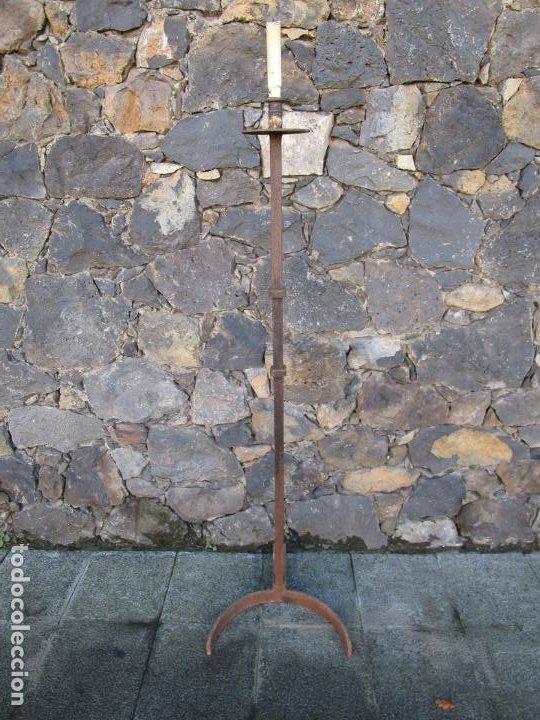 ANTIGUO CANDELABRO - TORCHERO - HIERRO FORJADO - 144 CM ALTURA (Antigüedades - Iluminación - Candelabros Antiguos)