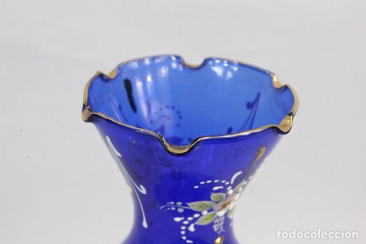 Antigüedades: Jarrón azul de cristal italiano, pintado a mano y detalles al oro fino. Trabajado a la pinza - Foto 7 - 186378678