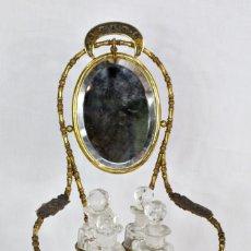 Antigüedades: PRECIOSO SET DE TOCADOR ISABELINO, PERFUMERO Y JOYERO, ESPEJO, BRONCE Y CLOISSONÉ. Lote 186385176
