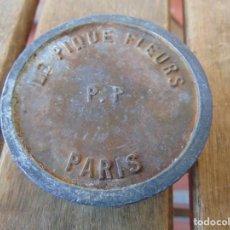 Antigüedades: RARA PIEZA EN PLOMO Y METAL CON PÚAS MARCADO LE PIQUE FLEURS P.P PARÍS . Lote 186395800