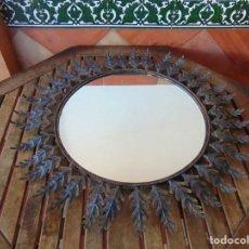 Antigüedades: ESPEJO TIPO SOL CON HOJAS DE METAL MIDE 77 CM DE FUERA A FUERA Y 47 CM DE CRISTAL. Lote 186408437