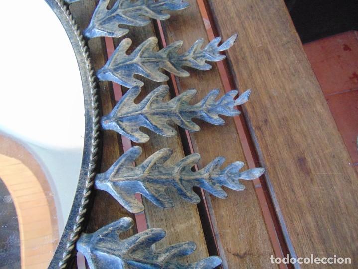Antigüedades: ESPEJO TIPO SOL CON HOJAS DE METAL MIDE 77 CM DE FUERA A FUERA Y 47 CM DE CRISTAL - Foto 3 - 186408437