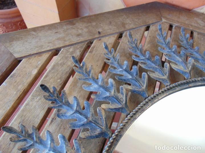 Antigüedades: ESPEJO TIPO SOL CON HOJAS DE METAL MIDE 77 CM DE FUERA A FUERA Y 47 CM DE CRISTAL - Foto 5 - 186408437