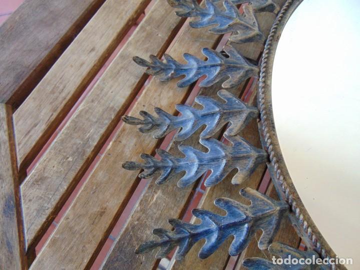 Antigüedades: ESPEJO TIPO SOL CON HOJAS DE METAL MIDE 77 CM DE FUERA A FUERA Y 47 CM DE CRISTAL - Foto 6 - 186408437
