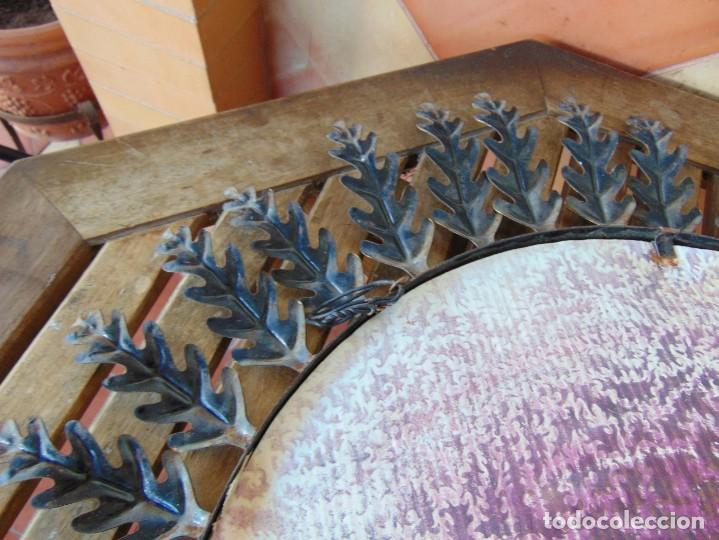 Antigüedades: ESPEJO TIPO SOL CON HOJAS DE METAL MIDE 77 CM DE FUERA A FUERA Y 47 CM DE CRISTAL - Foto 10 - 186408437