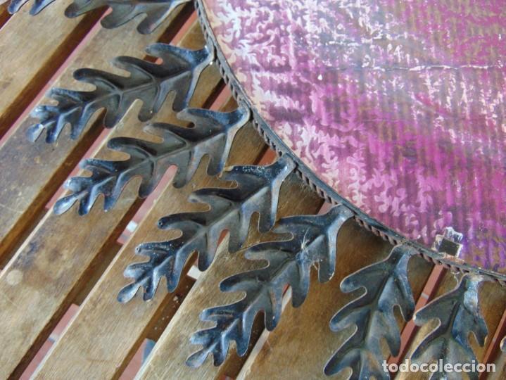 Antigüedades: ESPEJO TIPO SOL CON HOJAS DE METAL MIDE 77 CM DE FUERA A FUERA Y 47 CM DE CRISTAL - Foto 12 - 186408437