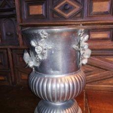 Antigüedades: VIEJO FLORERO DE PELTRE / ZINN CON FLORES EN RELIEVE. Lote 186410911
