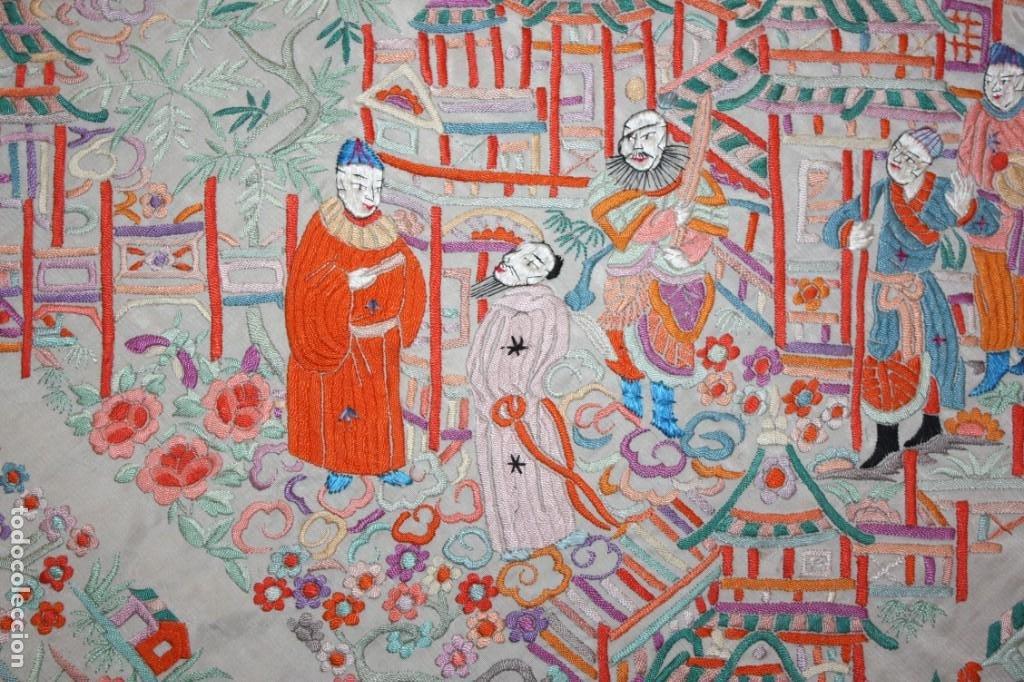 Antigüedades: PRECIOSO MANTÓN CANTONES - SG XIX - MULTITUD DE CHINOS - 1,40 X 1,48 CM. - Foto 4 - 186431261