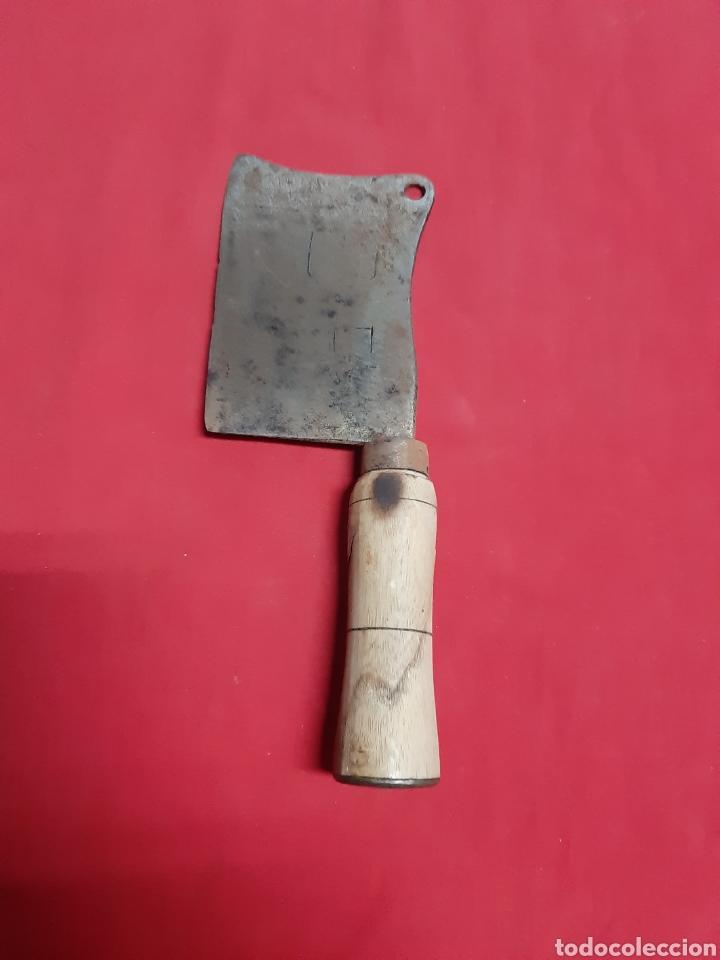 ANTIGUA HACHA DE CARNICERO CON MANGO DE MADERA (Antigüedades - Técnicas - Rústicas - Utensilios del Hogar)