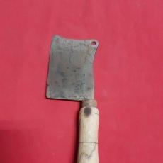 Antigüedades: ANTIGUA HACHA DE CARNICERO CON MANGO DE MADERA. Lote 186448986