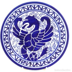 Antigüedades: PLATO-CERÁMICA-AGUILA-AZUL COBALTO Y BLANCO-22,5CM. Lote 186455118