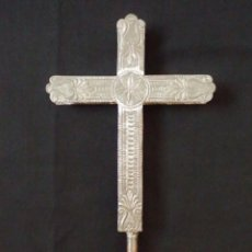 Antigüedades: CRUZ PROCESIONAL EN CHAPA DE METAL Y ALMA DE MADERA. SIGLOS XVIII-XIX. MIDE 41 X 22 CM.. Lote 186458387