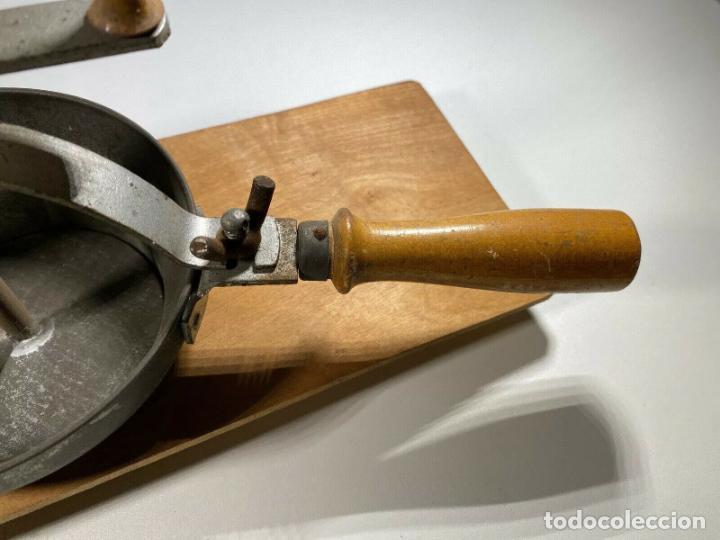 Antigüedades: ANTIGUO MUY RARO RALLADOR MANUAL FABRICADO EN ALEMANIA PERFECTO SIGLO XIX madera hierro cromado - Foto 4 - 186462100