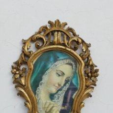 Antigüedades: MUY ANTIGUO MARCO CORNUCOPIA EN MADERA TALLADA Y PAN DE ORO CON IMAGEN RELIGIOSA HECHO A MANO. Lote 186546831