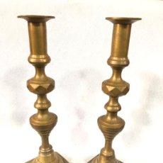Antiquités: PAREJA DE CANDELABROS DE LATÓN. Lote 186600708