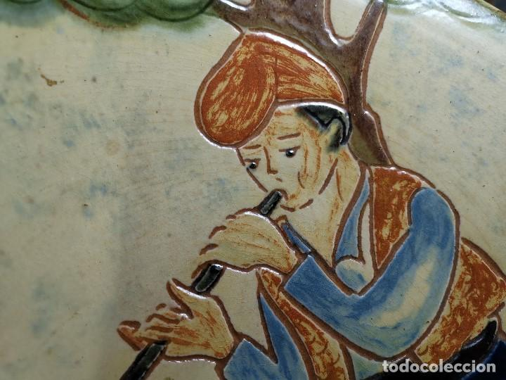 Antigüedades: PLATO DECORATIVO LA BISBAL FIRMADO PUIGDEMONT- PASTORCILLO PASTOR CATALAN MUSICO..32 CM - Foto 5 - 186705608