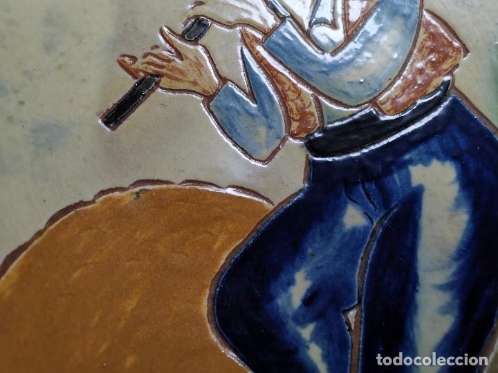 Antigüedades: PLATO DECORATIVO LA BISBAL FIRMADO PUIGDEMONT- PASTORCILLO PASTOR CATALAN MUSICO..32 CM - Foto 6 - 186705608