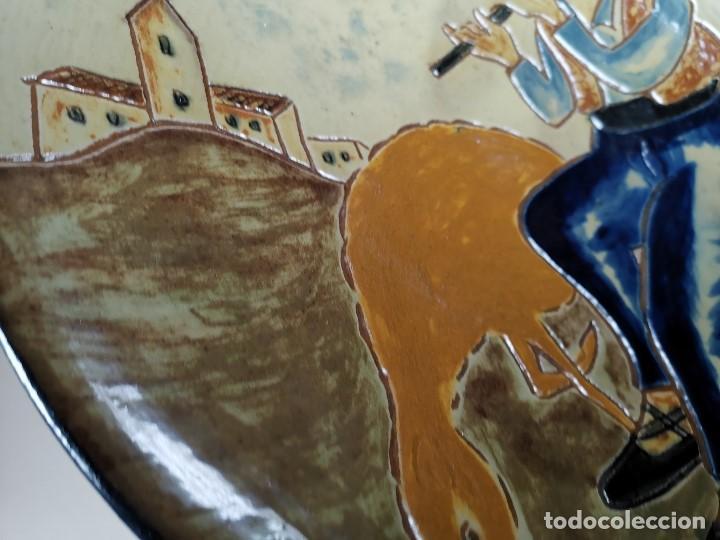 Antigüedades: PLATO DECORATIVO LA BISBAL FIRMADO PUIGDEMONT- PASTORCILLO PASTOR CATALAN MUSICO..32 CM - Foto 9 - 186705608