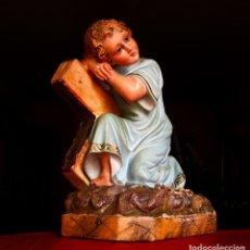 Antigüedades: BONITA FIGURA VINTAGE CON CRUZ . PASTA ANTIGUA. Lote 187057986