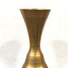 Antigüedades: JARRÓN O FLORERO ÁRABE DE LATÓN . Lote 187087682