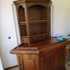 Antigüedades: PRECIOSO BAR DE MADERA CON TRES TABURETES. Lote 187101438
