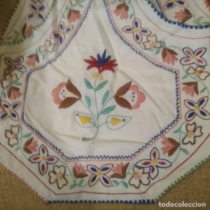 Antigüedades: Antiguo Delantal o mandil bordado a mano de lagartera del siglo xix - Foto 2 - 187110808