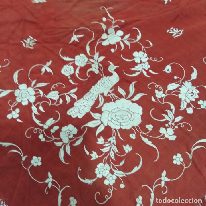 Antigüedades: Antiguo Manton de Manila isabelino, primera época, bordado a mano en color marfil sobre fondo coral. - Foto 2 - 184382356
