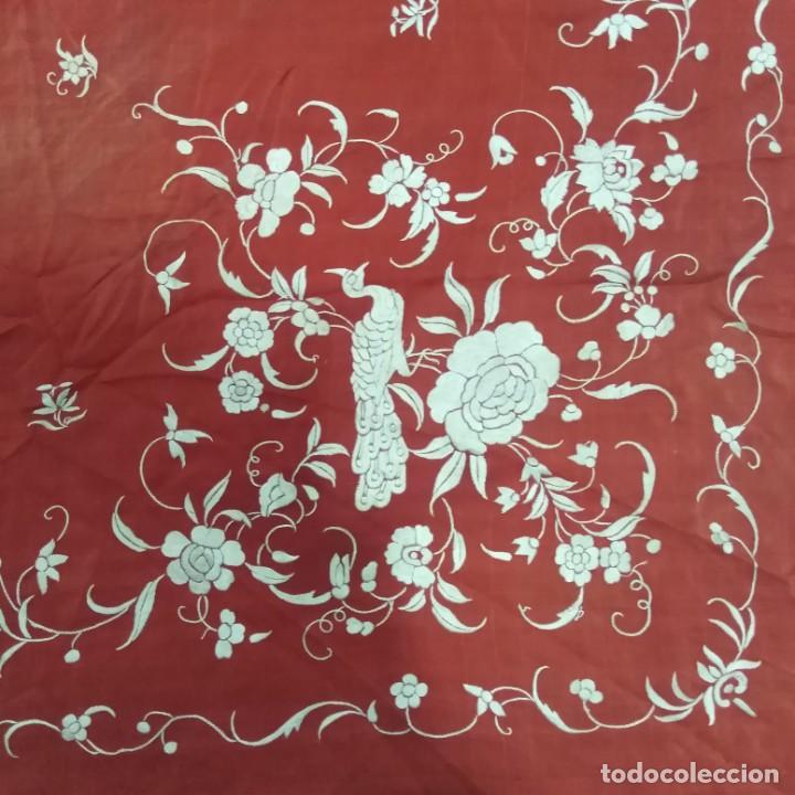 Antigüedades: Antiguo Manton de Manila isabelino, primera época, bordado a mano en color marfil sobre fondo coral. - Foto 5 - 184382356