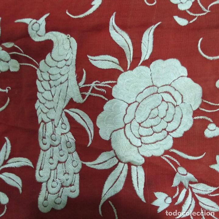 Antigüedades: Antiguo Manton de Manila isabelino, primera época, bordado a mano en color marfil sobre fondo coral. - Foto 6 - 184382356