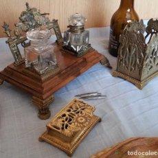 Antigüedades: ESCRIBANÍA ANTIGUA EN BRONCE Y MADERA. CON COMPLEMENTOS EN COBRE Y BRONCE. Lote 187176596