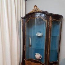 Antigüedades: VITRINA CLASICA DE GRAN BELLEZA. Lote 187193722