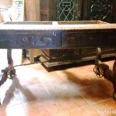 Antigüedades: MESA DE DESPACHO CASTELLANA CON PATAS TALLADAS Y FIADORES DE HIERRO.. Lote 187211600