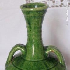 Antigüedades: JARRA FIRMADA EN CERAMICA ARTESANAL JARRON CERAMICA VERDE PACO TITO UBEDA, ALTURA 21 CM. Lote 187306042