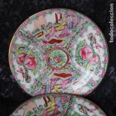 Antigüedades: EXTRAORDINARIA PAREJA DE PLATOS DE MACAU CHINA 23 CM DE DIÁMETRO. Lote 187311117