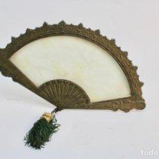 Antigüedades: MARCO DE BRONCE EN FORMA DE ABANICO CON CRISTAL.. Lote 187314915