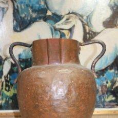 Antigüedades: JARRON DE COBRE MARTILLADO CON ASAS. Lote 187331457
