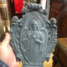 Antigüedades: ANTIGUA PILA BENDITERA DE CALAMINA CON RELIEVE CRISTO CORAZON DE JESUS - MEDIDA 30X18 CM. Lote 187333538