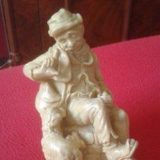 Antigüedades: ANTIGUA PRECIOSA FIGURA DE HOMBRE CON SOMBRERO Y PERRO, ALTURA 17,5 CM MAN AND DOG VER FOTOS Y DESCR. Lote 187415425