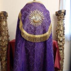 Antigüedades: CAPA PLUVIAL CONFECCIONADA EN SEDA DE DAMASCO Y BORDADOS EN MOTIVOS RELIGIOSOS. HACIA 1900.. Lote 187463756