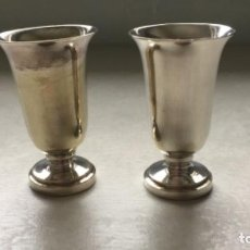 Antigüedades: PAREJA DE ANTIGUAS COPITAS DE METAL PLATEADO. Lote 187497725