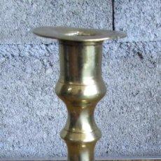 Antigüedades: CANDELABRO DE BRONCE – LATÓN. Lote 187535376