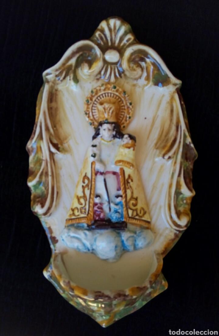ANTIGUA AGUA BENDITERA DE CERÁMICA DE MANISES - VIRGEN DE LOS DESAPARADOS (Antigüedades - Religiosas - Benditeras)