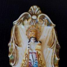 Antigüedades: ANTIGUA AGUA BENDITERA DE CERÁMICA DE MANISES - VIRGEN DE LOS DESAPARADOS. Lote 187536006