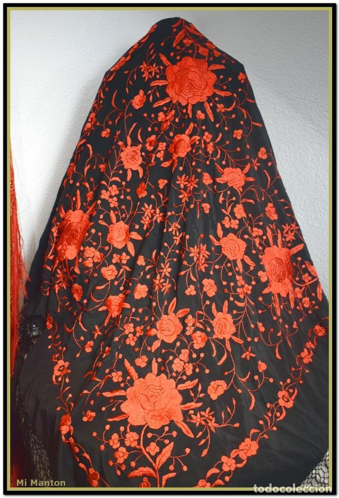 Antigüedades: MANTON DE MANILA ROJO Y NEGRO, SEDA BORDADA A MANO - Foto 5 - 187537781