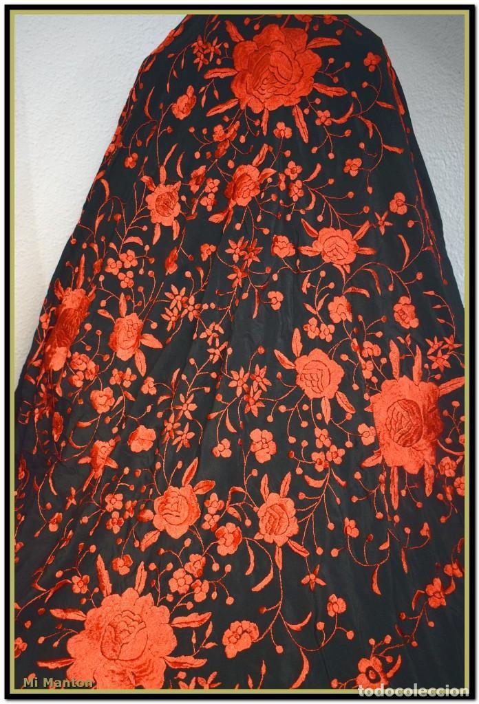 Antigüedades: MANTON DE MANILA ROJO Y NEGRO, SEDA BORDADA A MANO - Foto 2 - 187537781